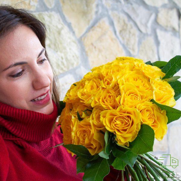 Sole di rose con ragazza